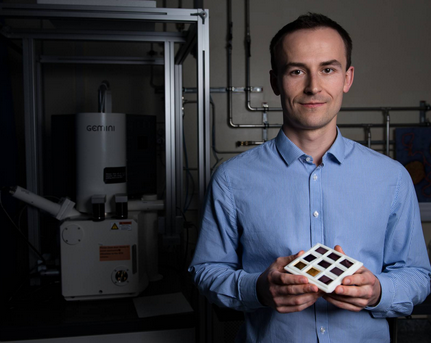 Oles Sendetskyi, Gewinner eines PSI Founder Fellowships. In den Händen hält er Proben von Nanomagneten. ©Bild: Paul Scherrer Institut PSI/Mahir Dzambegovic