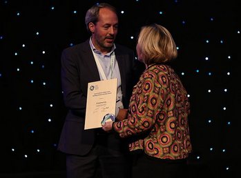 Preisverleihung: Jasper van den Munckhof erhält den David Gottfried Global Green Building Entrepreneurship Award von Lisa Bate. ©Bild: World GBC