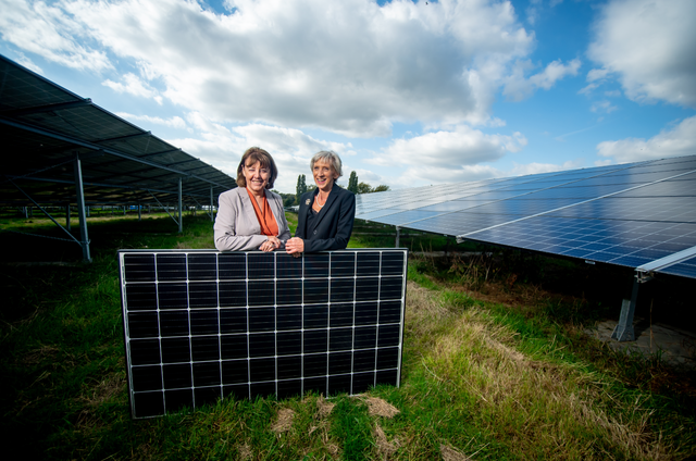 Louise Goldsmith (rechts), Leiterin des West Sussex Bezirksrats, und Deborah Urquhart (links), Kabinettsmitglied für Umwelt im 7.4 MW Westhampnett Solarpark. Bild: Bezirksrat West Sussex