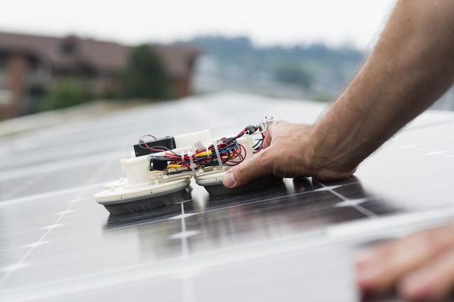 hochschule luzern handlicher putzroboter f r photovoltaik. Black Bedroom Furniture Sets. Home Design Ideas